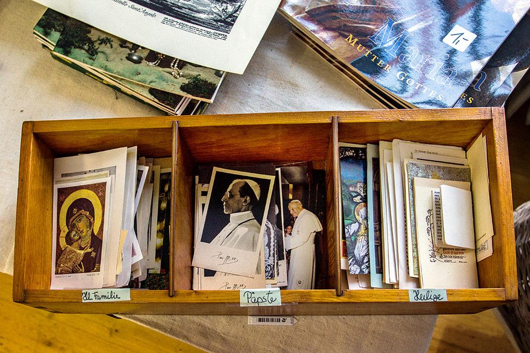 Im Klosterladen werden Sammelbildchen angeboten, säuberlich sortiert nach Hl. Familie, Päpste und Heilige.