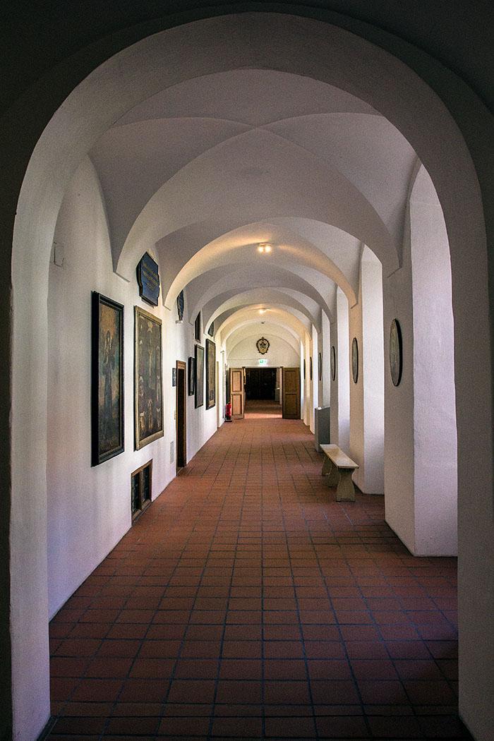 kloster-beuerberg-kreuzgang-eurasburg-wolfratshausen-bayern An den Kreuzgang sind alle Bauteile des Klosters wie Kirche, Speisesaal, Kapitelsaal und die Wohnräume angeschlossen.