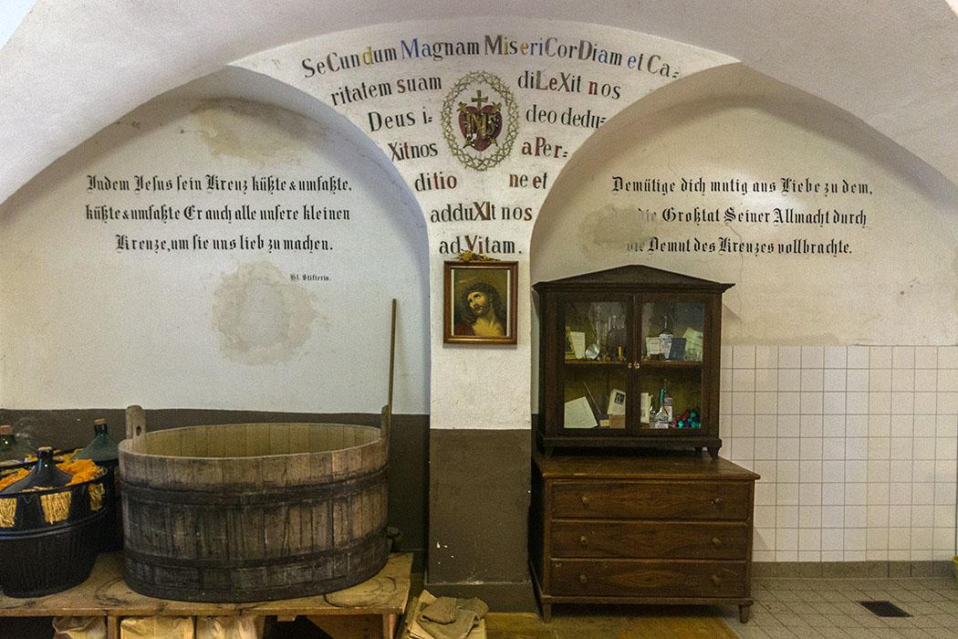kloster-beuerberg-likoerkeller-loewenzahn-front-eurasburg-wolfratshausen-bayern Das Gewölbe des Likörkellers von Kloster Beuerberg wirkt wie aus einer anderen Welt.