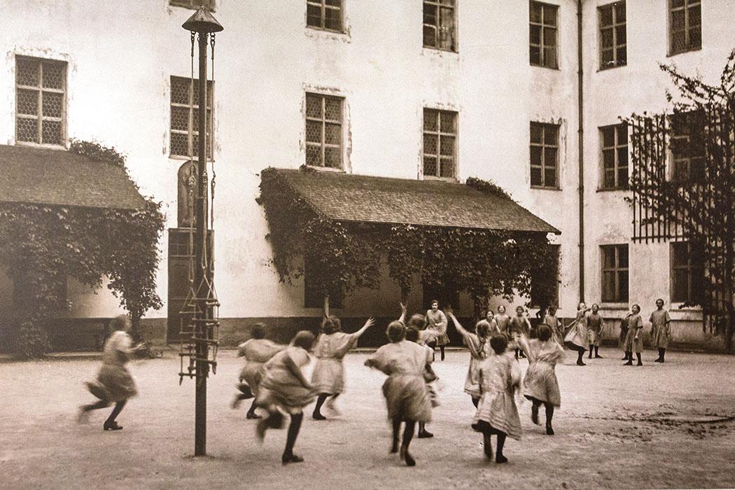 kloster-beuerberg-maedchenpensionat-eurasburg-wolfratshausen-bayern Die Mädchen der Klosterschule von Beuerberg spielen im Kreuzhof.