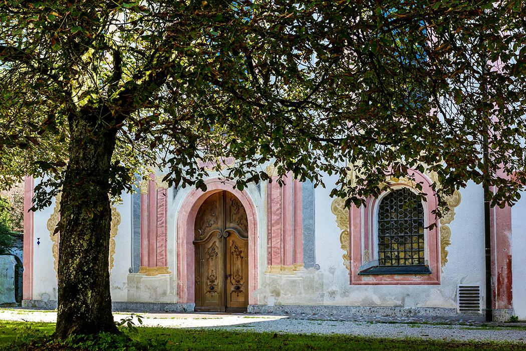 kloster-beuerberg-stifskirche-peter-und-paul-fassade-eurasburg-wolfratshausen-bayern Frisch renoviert leuchten die Farben an der Fassade der einstigen Klosterkirche von Beuerberg.