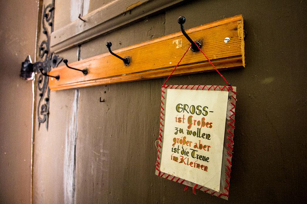 """Auch hinter den Türen ist sehensweres: """"GROSS ist Großes zu wollen, größer aber ist die Treue im Kleinen""""."""