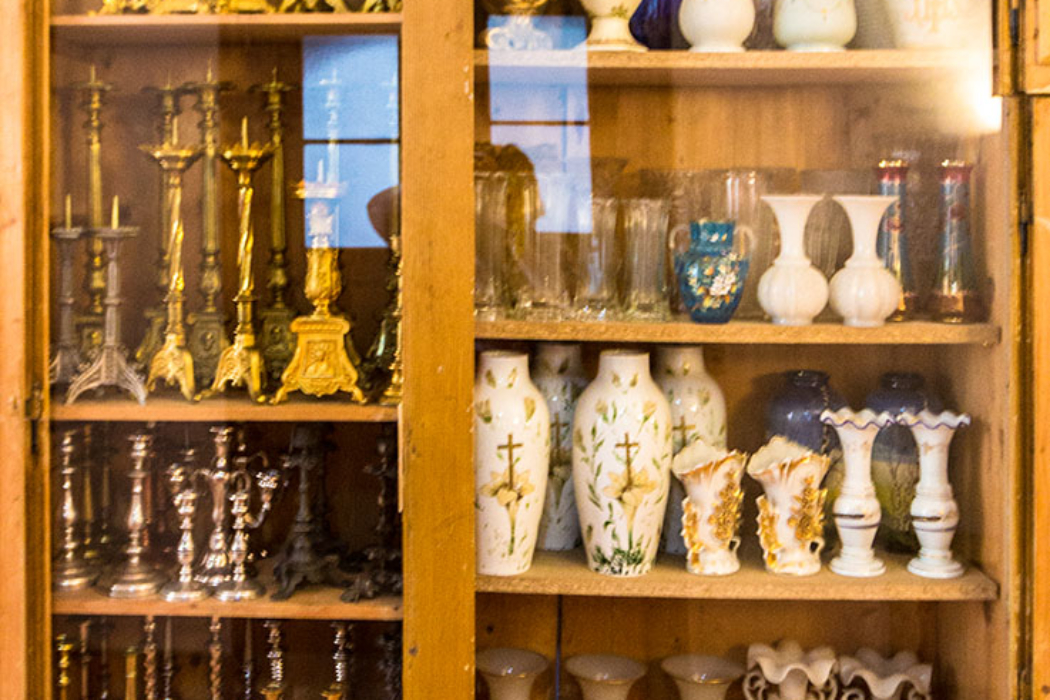 """Inzwischen wird das Kloster schon """"Haus der 1 000 Vasen, der 1 000 Schachteln und der 1 000 Kerzenleuchter"""" genannt."""