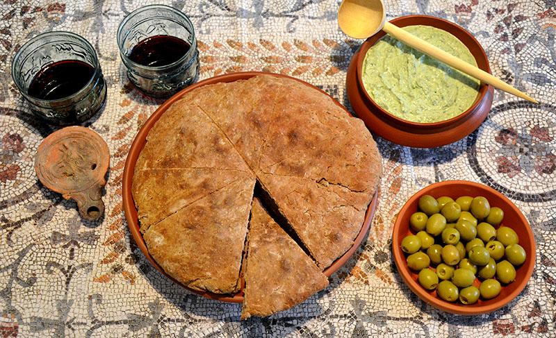 moretum roman bread - flickr - carole raddato Römisches Fladenbrot mit Moretum, einer Käsepaste aus Schafskäse, Knoblauch und Kräutern. Foto: flickr, Carole Raddato