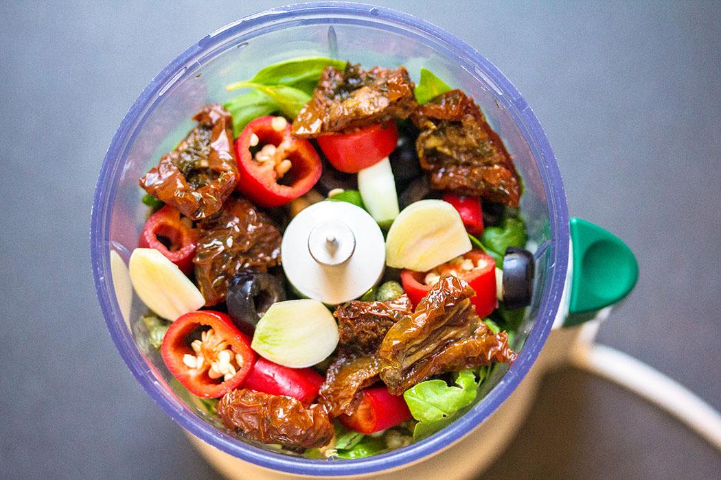 Pesto zum Selbermachen pesto alla calabrese Unsere aktuelle Lieblingsvariante: Pesto alla Calabrese. Hier kommen zu den Basiszutaten noch getrocknete Tomaten, rote Chilischote, schwarze Oliven und Kapern dazu.