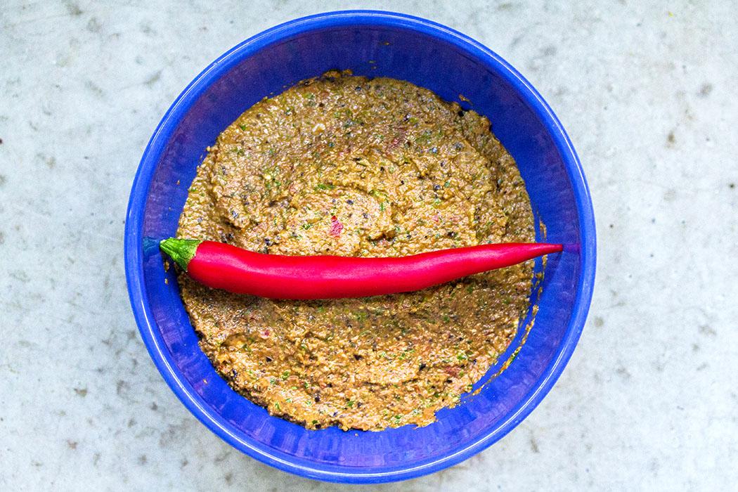 Wir haben eine große rote Chilischote, mit eher milder Schärfe, verwendet.
