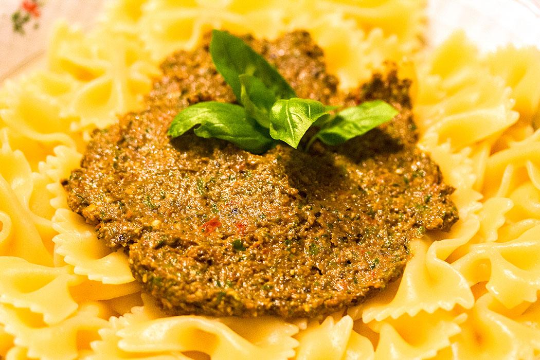 Pesto alla calabrese auf die Farfalle geben und gut vermengen.