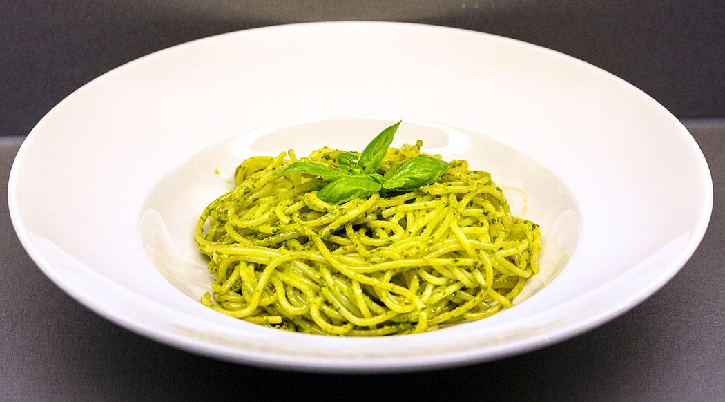 Pesto zum Selbermachen pesto alla genovese spaghetti teller Pesto genovese schmeckt selbstgemacht am besten. Es sollten nur die besten Zutaten verwendet werden: Frische Basilikumblätter, Käse von guter Qualität und ein hochwertiges, mildes Olivenöl.