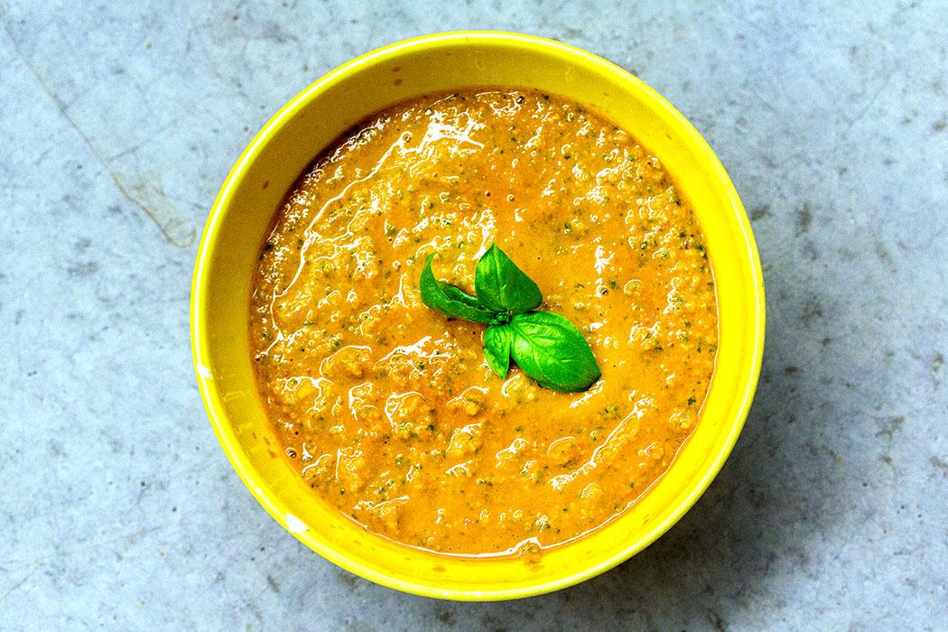 Pesto zum Selbermachen pesto alla siciliana - pesto rosso - schale fertig titel Pesto rosso hat seinen Ursprung in Sizilien und wird daher meist Pesto alla siciliana genannt. Wir mögen es am liebsten mit frischen Tomaten, aber auch mit getrockneten schmeckt es hervorragend. Einfach mal ausprobieren!