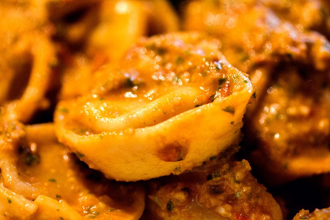 Pesto siciliana gibt der Pasta durch die Tomaten eine leicht fruchtige, säuerliche Note.