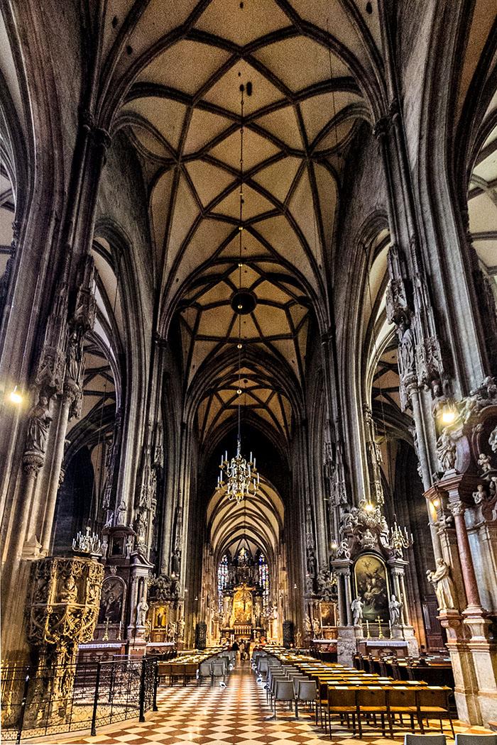 stephansdom-st-stephens-cathedral-wien-vienna-innenraum-inside-oesterreich-austria Das gotische Mittelschiff des Stephansdoms ist auf den Hauptaltar ausgerichtet.