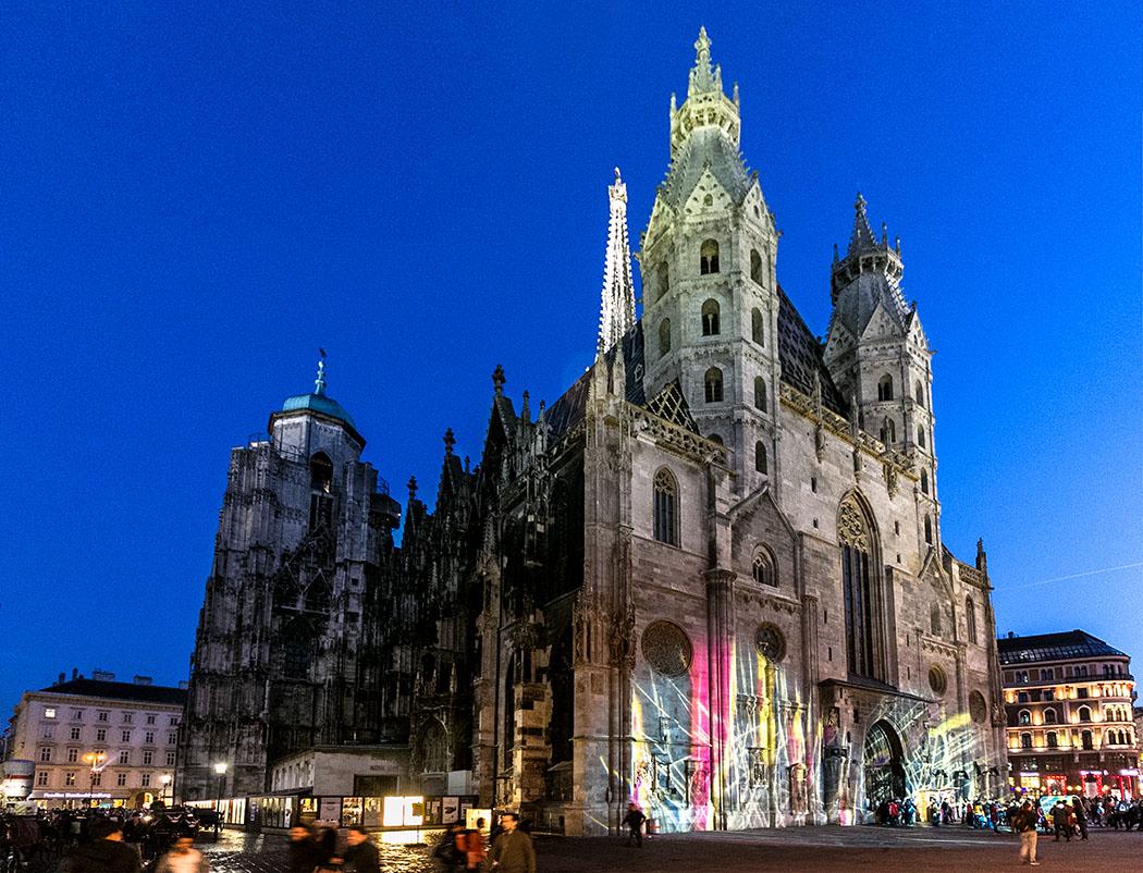 """Städtereise Wien sehenswürdigkeiten stephansdom-st-stephens-cathedral-wien-vienna-night-oesterreich-austria Dieses von den Wienern liebevoll """"Steffl"""" genannte Wahrzeichen der Stadt ist das bedeutendste gotische Bauwerk Österreichs. Traumhafte Ausblicke über die Stadt genießt, wer die engen Stufen zur Türmerstube im Südturm hinaufsteigt."""