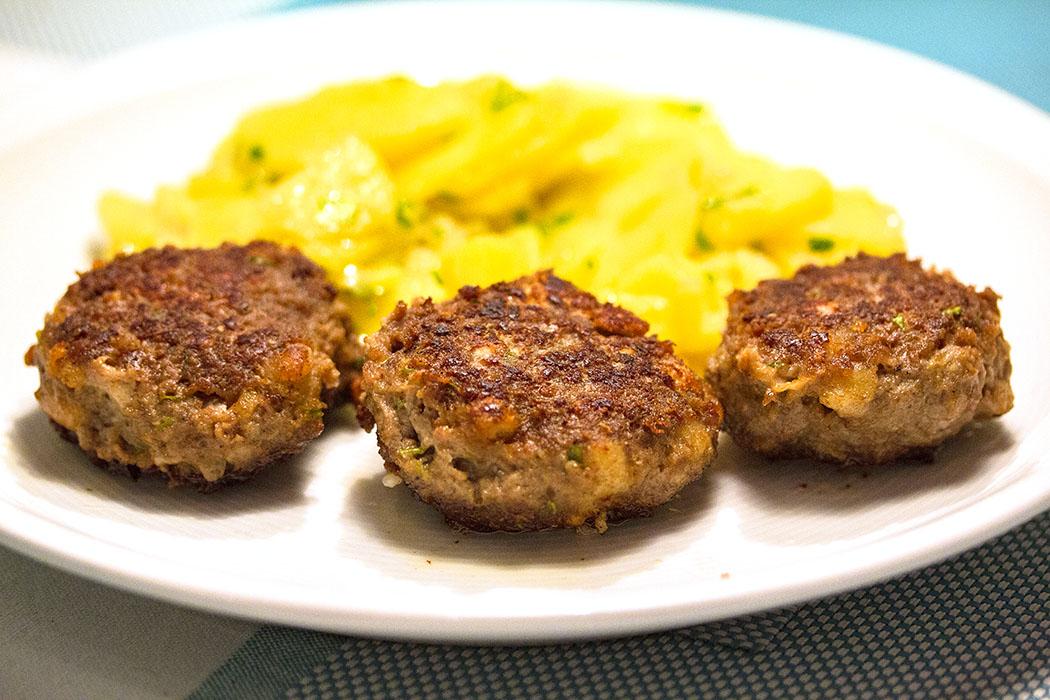 Fleischplfanzerl mit Kartoffelsalat - ein Nationalgericht in Bayern!