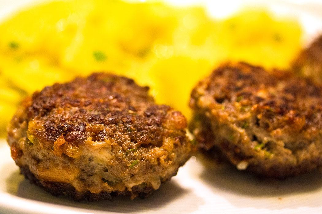 Ein Klassiker aus Bayern: Fleischpflanzerl mit Kartoffelsalat.