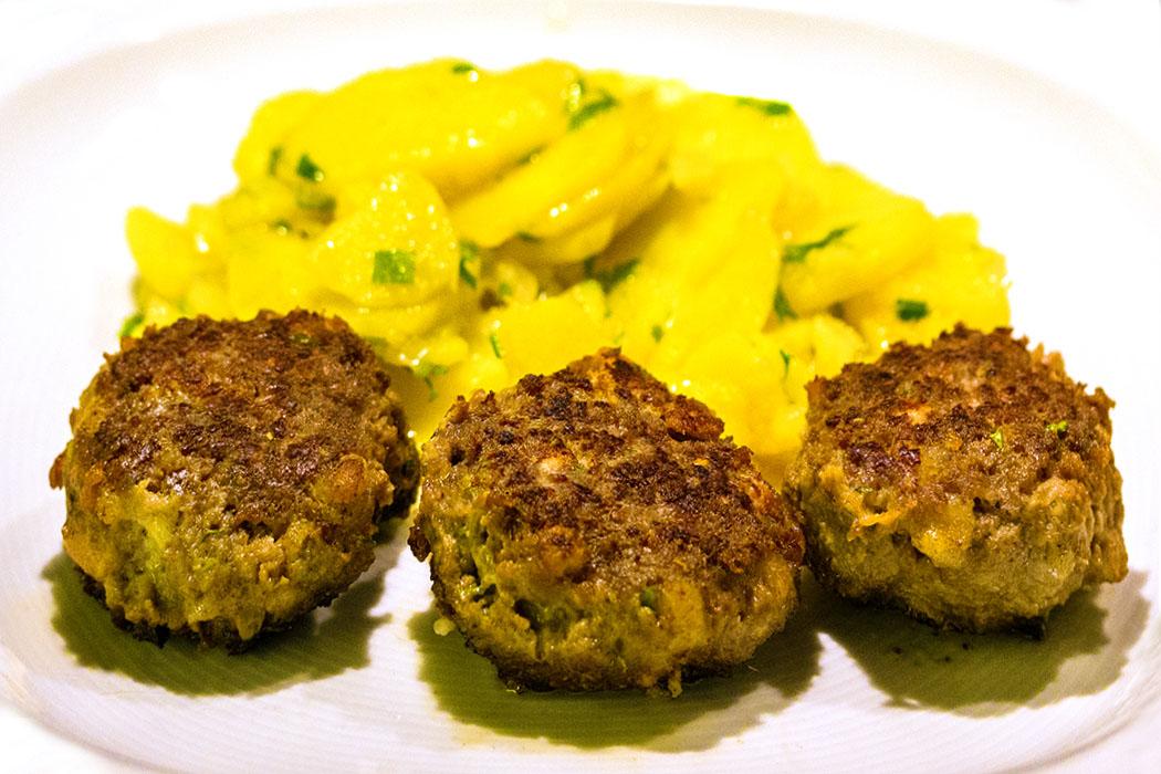 Glücksgarantie! Bayrische Fleischpflanzerl und lauwarmer Kartoffelsalat