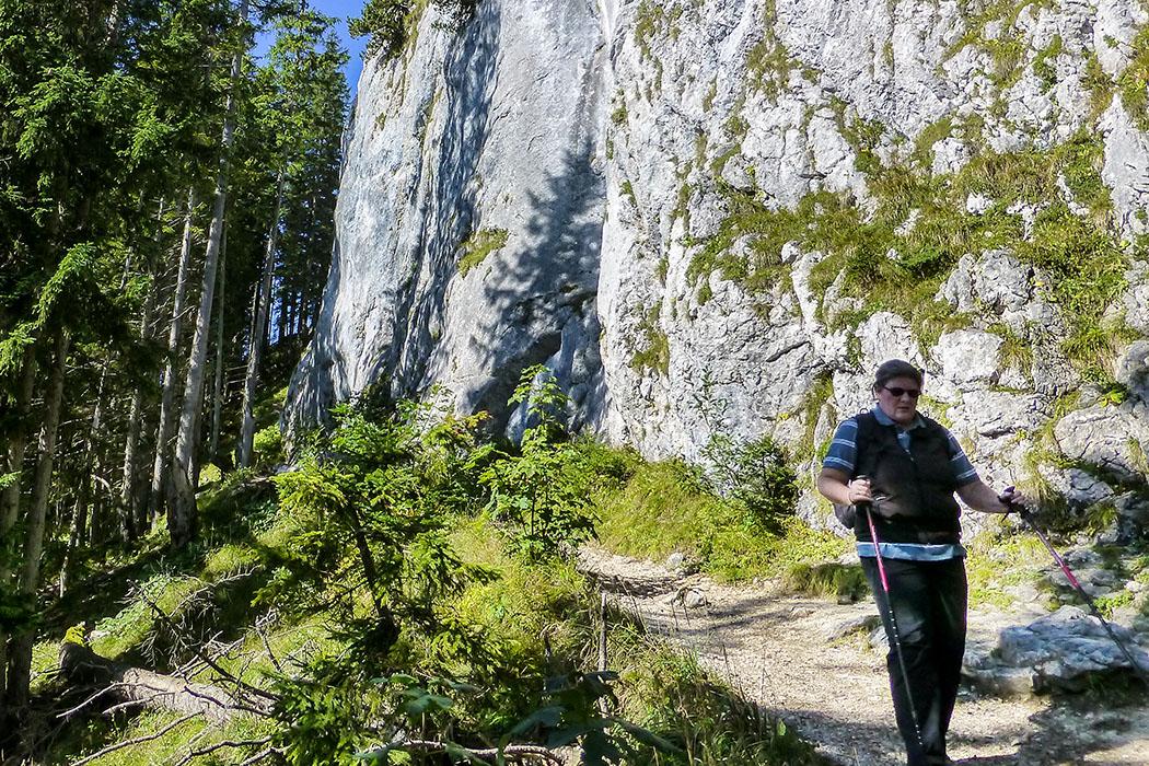 """ammergauer-alpen-laber-hydrolyse-oberammergau-ettal-bayern """"Profillos auf dem Laber!"""" Monika ist froh, dass sie ihre Trekkingstöcke dabei hat, das gibt beim Rückweg Sicherheit."""
