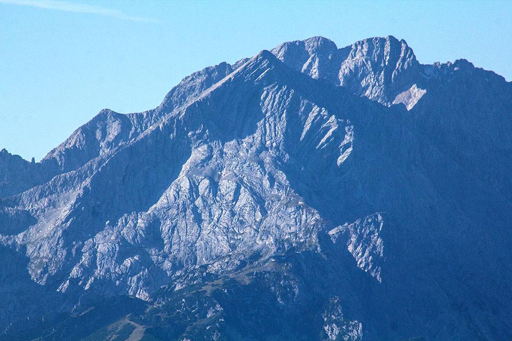 Die pyramidenförmige Alpspitze (2628 Meter) im Wettersteingebirge ist das Wahrzeichen von Garmisch-Partenkirchen und einer der schönsten Berge der Alpen.