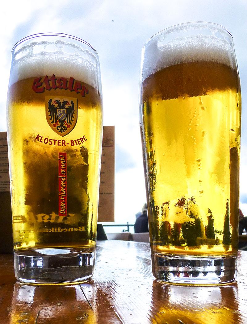 ammergauer-alpen-laber-ettaler-bier-oberammergau-ettal-bayern Das Ettaler Edel Hell ist ein Durstlöscher für alle Gelegenheiten.