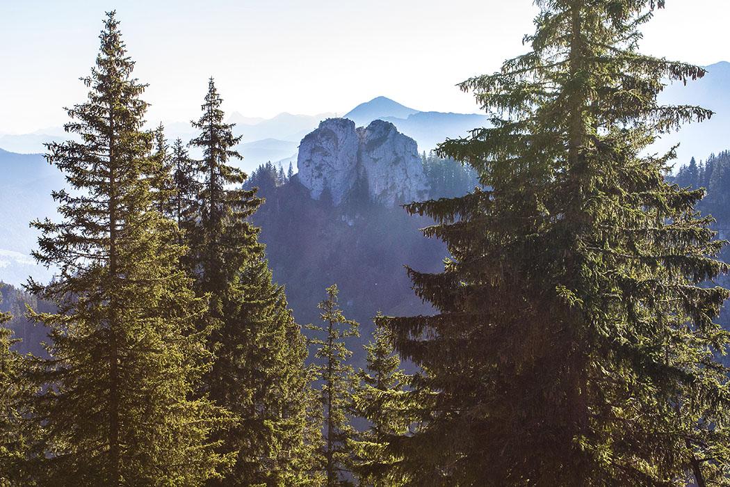 ammergauer-alpen-laber-ettaler-manndl-oberammergau-ettal-bayern Aussicht vom Pausenbankerl auf das Ettaler Manndl, das natürlich auch ein etwas kleineres Weibl neben sich duldet. Ein schönes steinernes Paar!