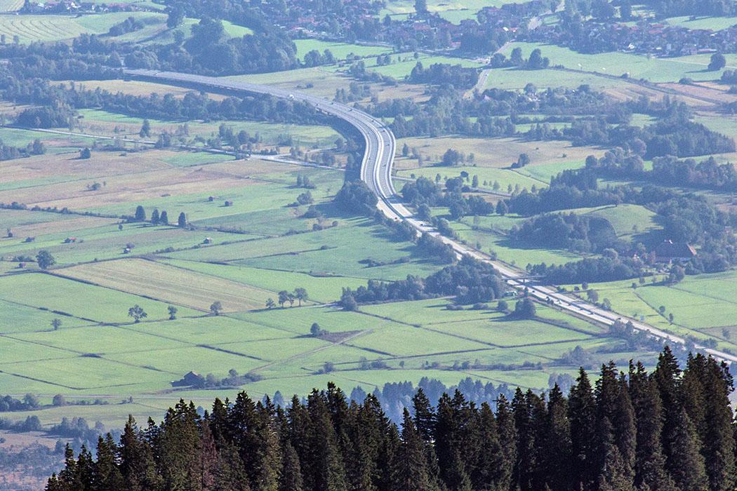 ammergauer-alpen-laber-laberhaus-autobahn-a95-oberammergau-ettal-bayern Die Autobahn A 95 bringt uns von München, über Oberau und Ettal zur Talstation der Laber-Bergbahn bei Oberammergau.