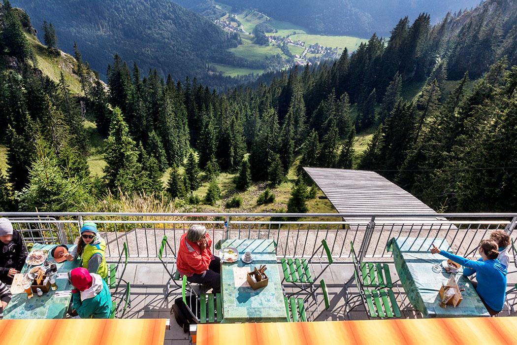 Vom Laber zum Ettaler Manndl ammergauer-alpen-laber-laberhaus-terrasse-sonne-oberammergau-ettal-bayern Auf der Sonnenterrasse der Berggaststätte im Laberhaus, an der Gipfelstation der Laber-Bergbahn, geht der Blick hinunter zum Kloster Ettal.