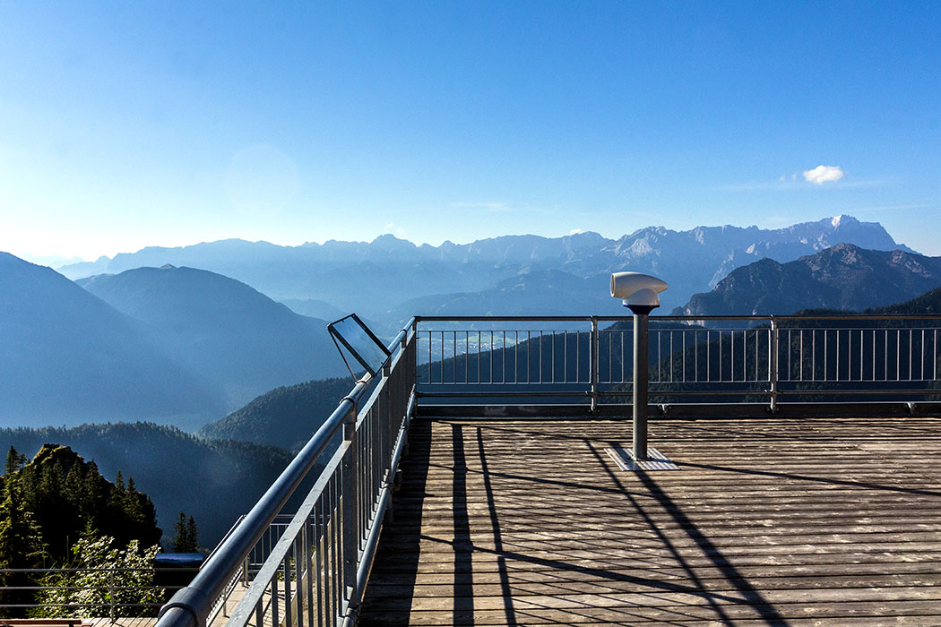 ammergauer-alpen-laber-laberhaus-zugspitze-alpspitze-wettersteingebirge-oberammergau-ettal-bayern Von der Sonnenterrasse genießen wir ein faszinierendes Alpenpanorama: Rechts im Bild die Zugspitze und die Gebirgsgruppe des Wettersteingebirges.