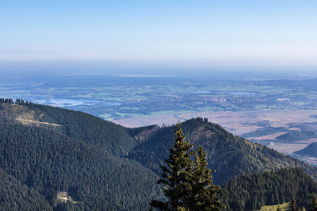 Nach Norden reicht der Blick vom Labergipfel über den Staffelsee, Starnberger See und Riegsee (v.l.n.r.) Richtung München.