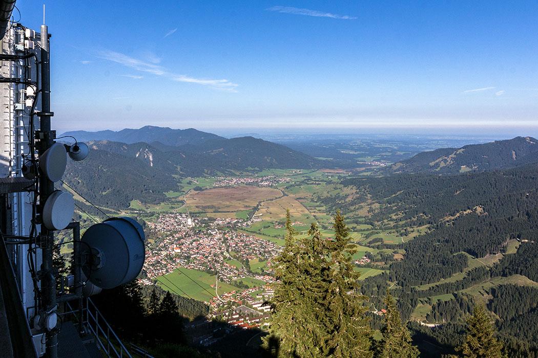 Steil gehts hinunter vom Laberhaus nach Oberammergau. Dahinter das  Naturschutzgebiet Pulvermoos und Unterammergau.