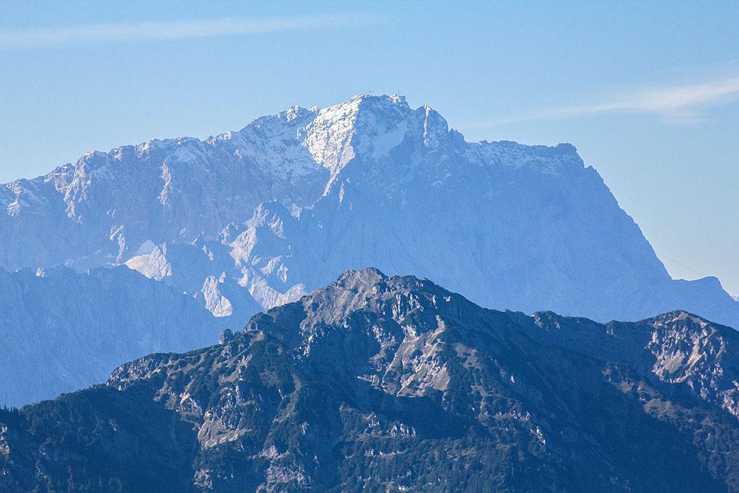 Die Zugspitze (2962 Meter) ist der höchste Berggipfel von Deutschland und des Wettersteingebirges. Das Zugspitzmassiv liegt bei Garmisch-Partenkirchen und im Norden von Tirol. Über seinem Westgipfel verläuft die Grenze nach Österreich.