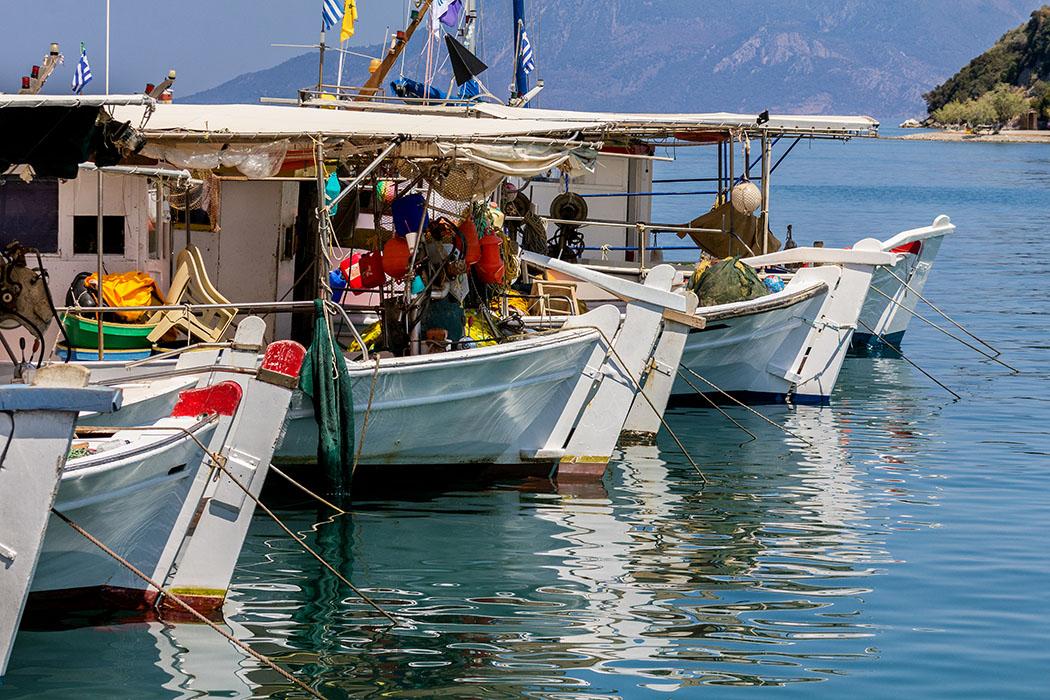 kalender-peloponnes-griechisches-urgestein-von-grandioser-schoenheit-03 kaiki boats harbour archea epidavros peloponnes methana greece