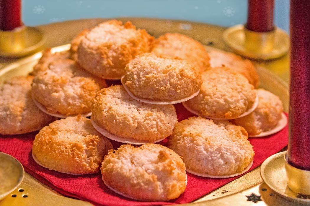 reise-zikaden.de, Kokosmakronen: Einfach Unwiderstehlich! Duftende Kokosmakronen mit einem Hauch Zimt schmecken nach Weihnachten, sind innen saftig und außen knusprig. Außerdem sind sie schnell fertig - ideal für Kurzentschlossene.