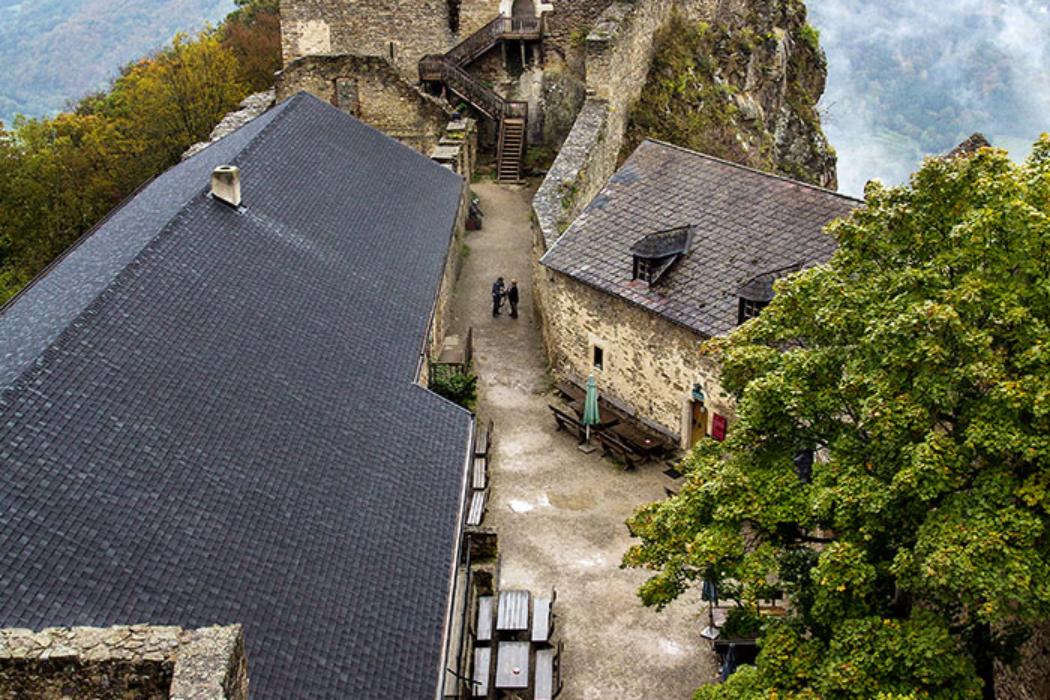 Blick vom Bürgel über den inneren Burghof, zur Hochburg mit Palas und Burgkapelle.