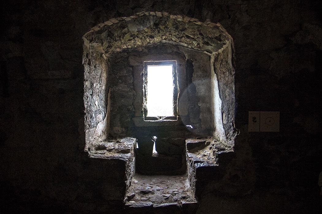 Steinerne Sitzbaenke vor einem Fenster in einer Mauernische der Burg Aggstein.