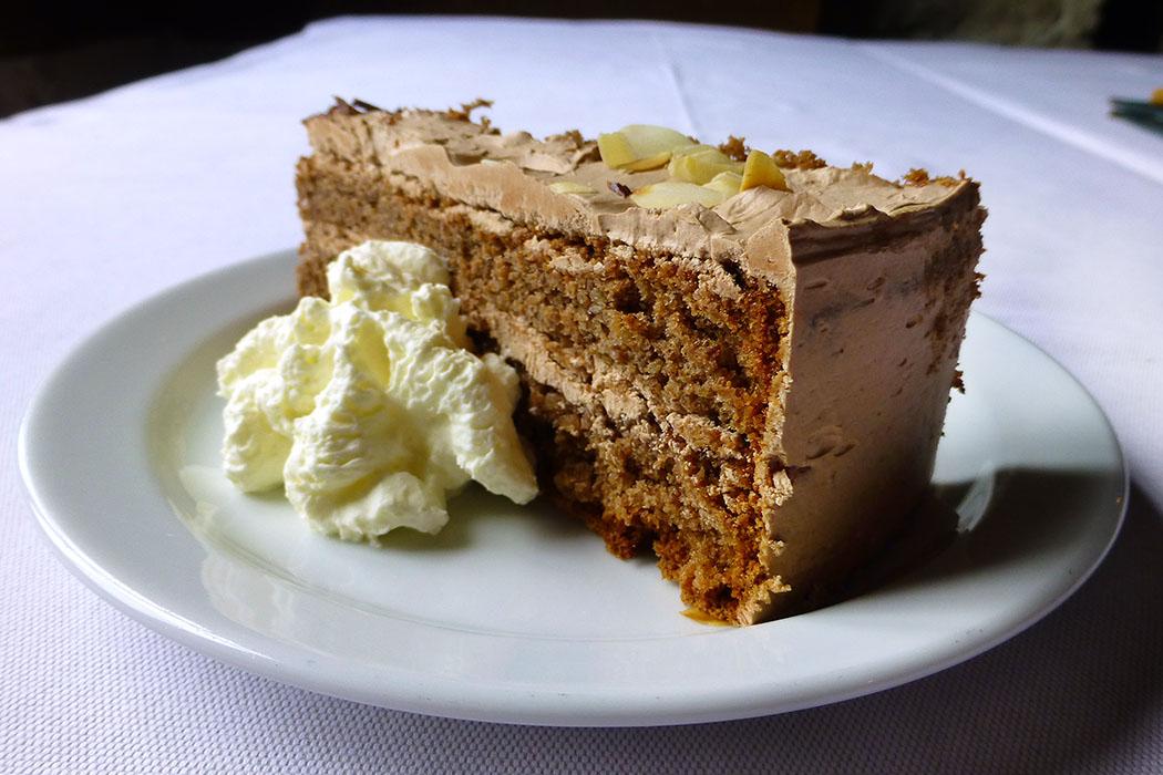 Zum Abschluss: Ein ordentliches Stück von der Wachauer Torte - ein Traum aus Schokolade, Mandeln, Butter und Eiern.