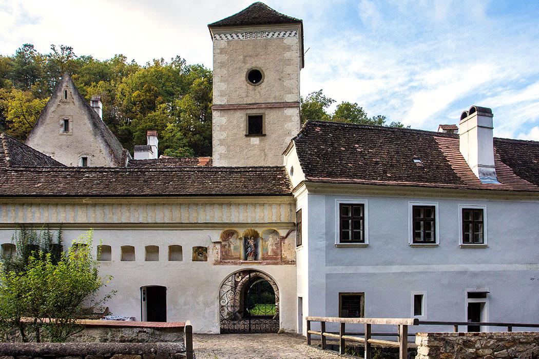 Die wunderschöne Toranlage der Kartause Aggsbach wurde im Stil der Hochrenaissance angelegt, besonders schön sind die teilweise gut erhaltenen Freskenreste.