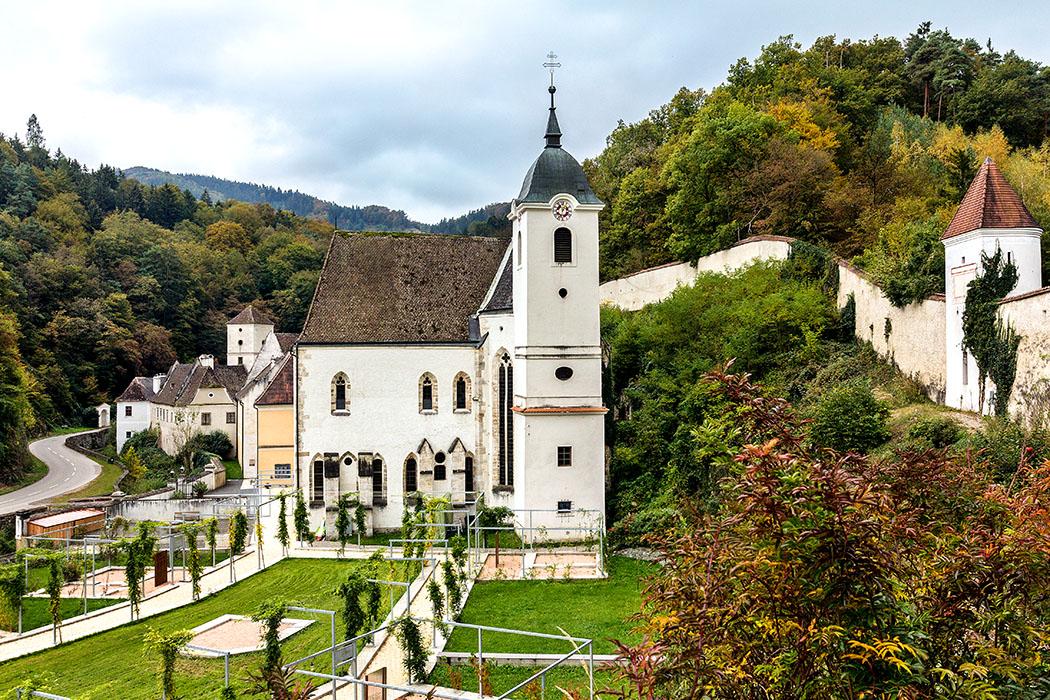 Österreich: Wachau an der Donau – Die 12 schönsten Ausflugsziele aggstein-kartaeuser-kloster-kirche-wachau-niederoesterreich Die Kartause Aggsbach ist mit Wehrtürmen und Mauern umgeben, und liegt in einem malerischen Seitental der Donau. Vierhundert Jahre lang war das Kloster von Kartäusermönchen bewohnt, die hier ein strenges Einsiedlerleben führten.