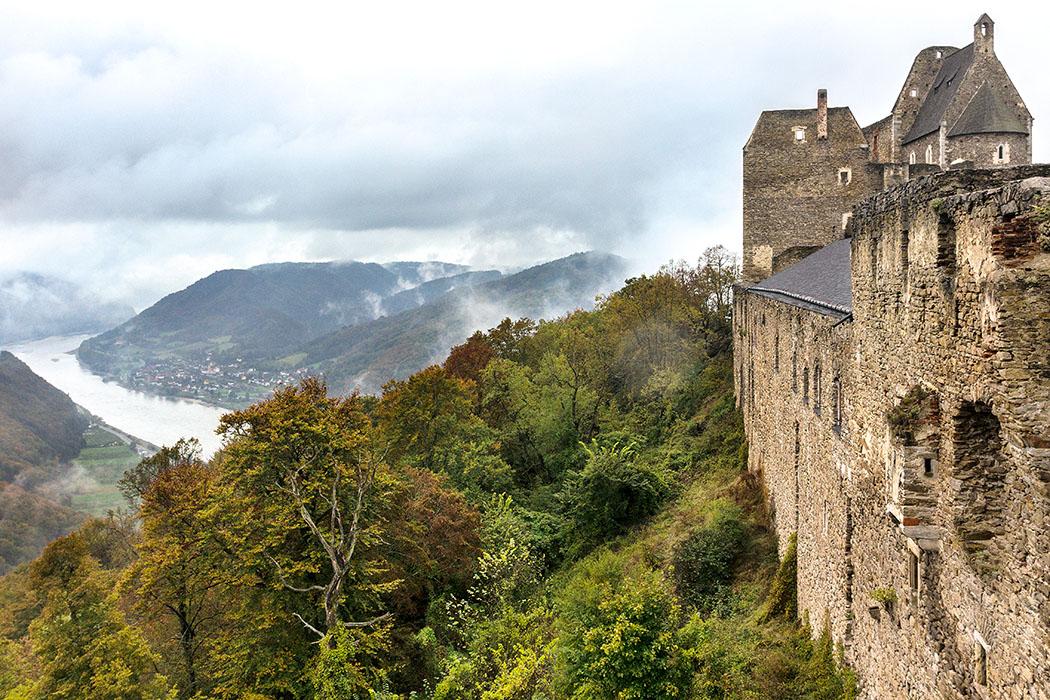 Österreich: Wachau an der Donau – Die 12 schönsten Ausflugsziele burg-aggstein-ruine-wachau-donau-niederoesterreich Die Burg Aggstein wacht auf einem steilen Felsen über dem Donautal. Die Lage der Burg war hervorragend gewählt für einen Beobachtungsposten, denn wer hier Burgherr besaß auch das Mautrecht für die Handelschiffe auf der Donau. Im Gegenzug mussten die Treidelwege (Leinpfade) für die Zugtiere instand gehalten werden.