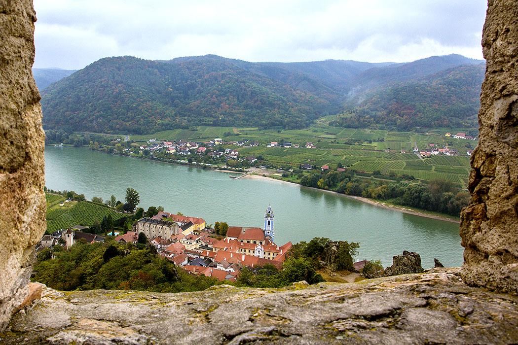 Eines der Fenster im Palas gibt einen wunderbaren Blick auf die Donau, Dürnstein und das gegenüberliegende Dorf Rossatzbach mit den vielen Weingärten frei. Auch die Anlegestelle für die Personenfähre ist gut erkennbar.