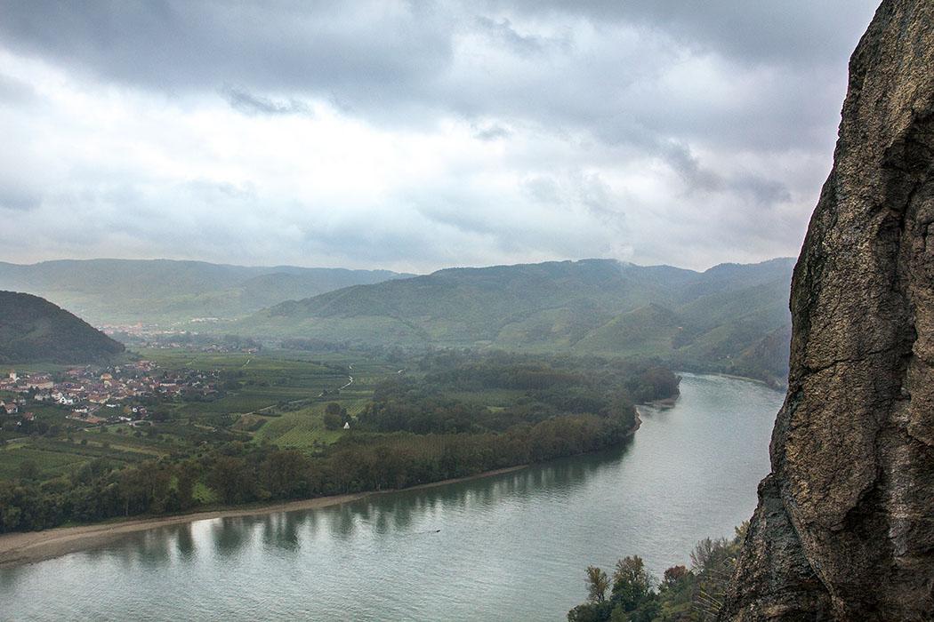 Hinter den eingestürzten Mauern des Palas geht der Blick hinunter zur Donauschleife. Am Südufer liegt Rossatz, mit seinem vorgelagertem Auwald und mehreren Nebenarmen des Flusses. Naturschützer haben diese wieder mit der Donau erbunden. Ein Trail führt Naturfreunde durch das Gebiet.