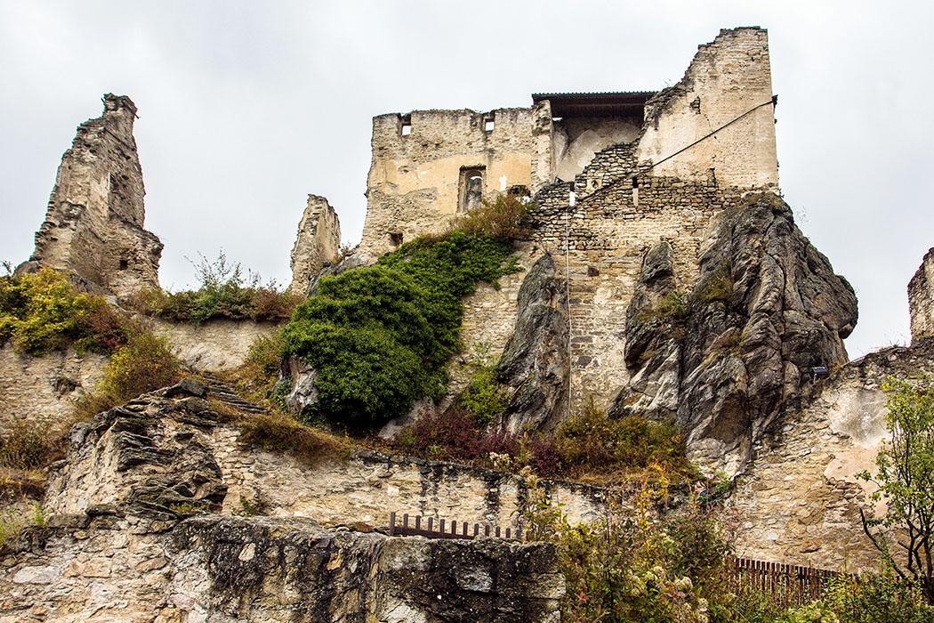 Im unteren Bereich von Dürnstein sind nur Gebäudereste erhalten. Am Beginn des auf einem Felsblock gelegenen Nordabschnittes stand der ehemalige saalbauartige Querbau des Palas (Wohngebäude). Zwischen dem Palas (links oben) und der Kapelle (rechts oben) lag ein einst weiterer Wohntrakt. Von der romanischen Burgkapelle haben sich noch Gewölbeansätze erhalten.