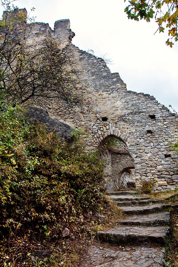 Hinter dem äußeren Burgtor von Dürnstein erstrecken sich ein ansteigendes Vorwerk und die sich terrassenförmig in drei Abschnitten erhebende Hauptburg.