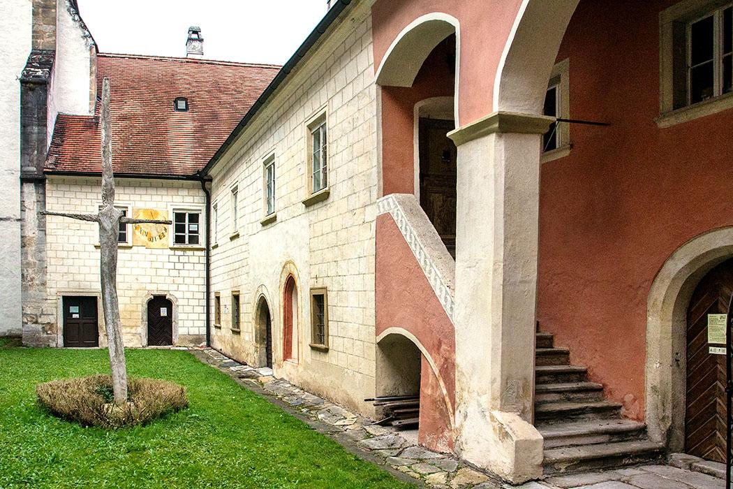 Der Innenhof der Kartause von Aggsbach wirkt noch sehr mittelalterlich. Im Gebäude rechts befindet sich heute das Klostermuseum.