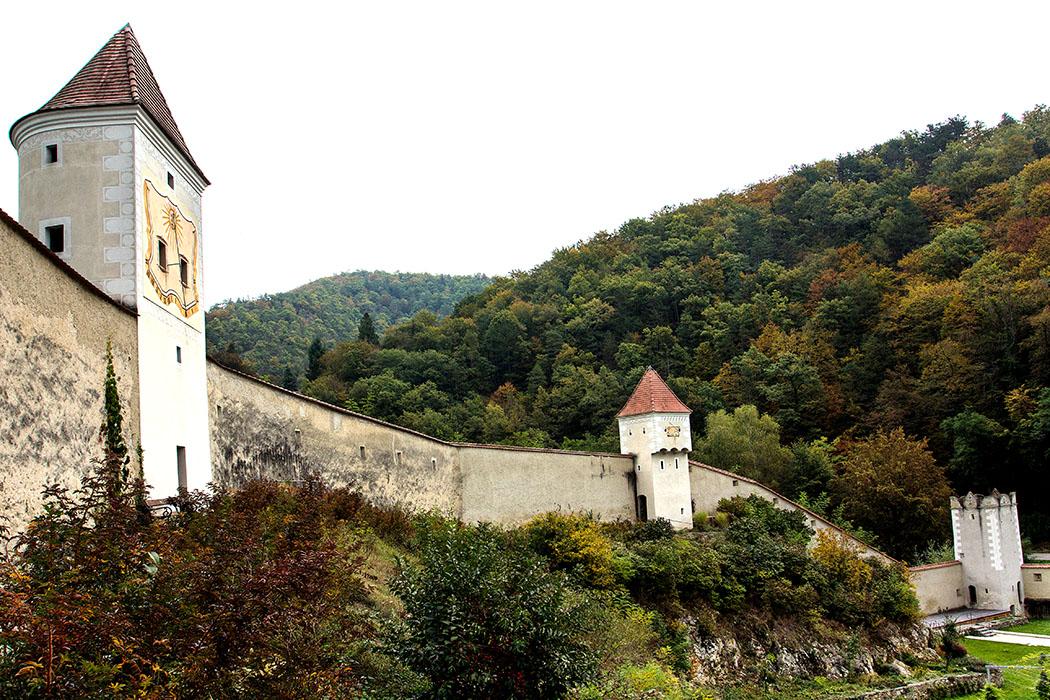 Die weitläufige Anlage der Kartause Aggsbach ist bis heute mit Mauern und Wehrtürmen befestigt und hinterlässt einen festungsartigen Eindruck.