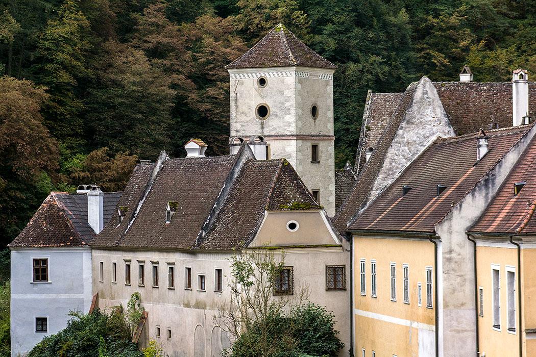Die Kartause Aggsbach mit Prälatur, Gästetrakt, dem alten Turm und weiteren Wirtschaftsgebäuden.