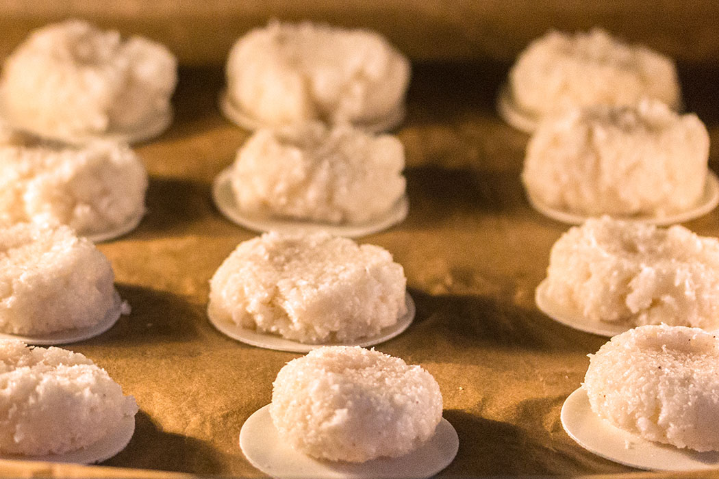 Kokosmakronen bei 150 Grad Umluft etwa 20 Minuten backen.