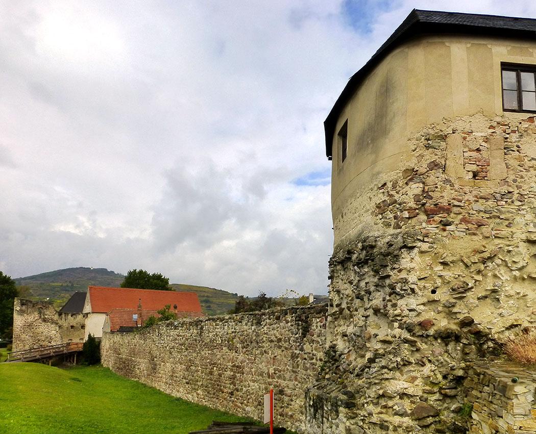 Der einstige Fächerturm befindet sich ebenfalls in der Westmauer von Favianis und wurde auf das 4. Jahrhundert datiert. Seine etwa zwei Meter dicken Mauern sind noch gut erhalten. Seine zurückgesetzte Lage, weist darauf hin dass das Kastell in der Spätantike im rückwärtigen Teil verkleinert wurde.