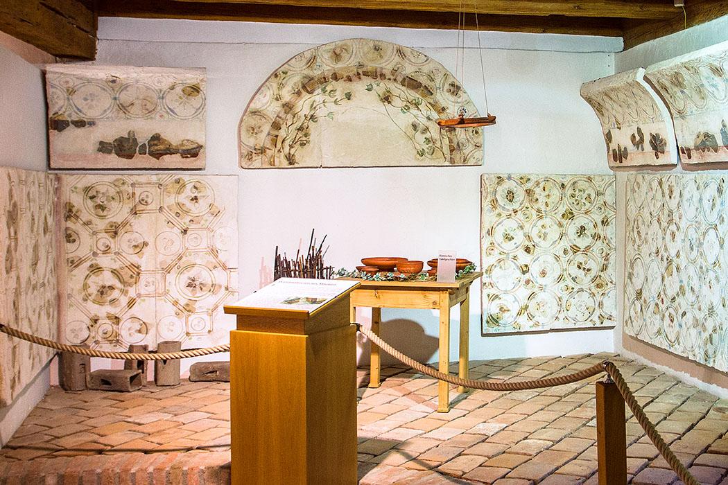Die farbenfrohen Fresken im Archäologischen Museum von Mautern stammen aus Wohnhäusern, die entlang der Ausfallsstraßen lagen. Das Ensemble zeigt Fresken im Tapetenmuster mit Blüten und Blättern, die zu severischer Zeit im 2./3. Jahrhundert beliebt war.