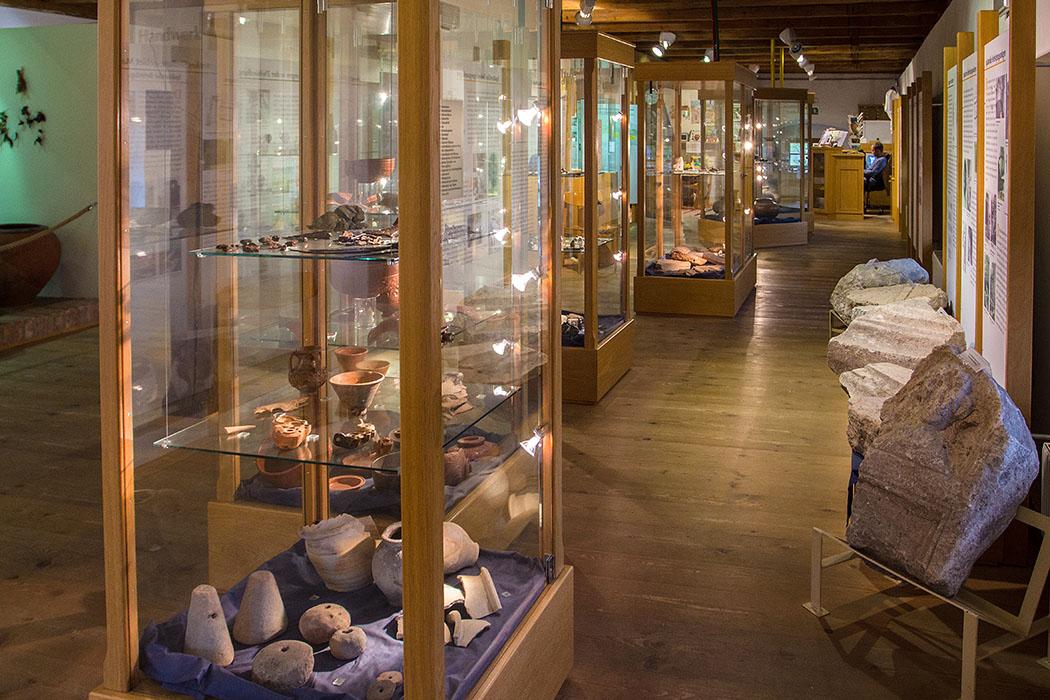 Die Funde der Ausgrabungen des Reiterkastells Favianis sind im Archäologischen Museum von Mautern ausgestellt. Darunter Fresken, Tonmasken, Grabbeigaben, Schmuck, Waffen und Keramik.