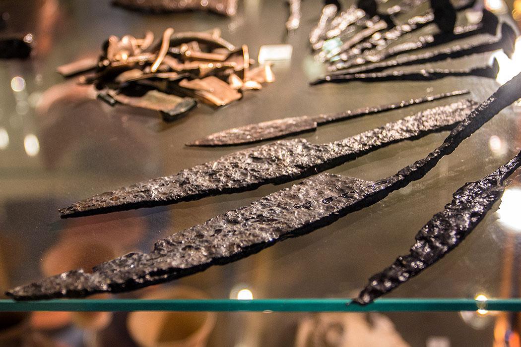 Waffenreste, Pfeilspitzen und Keramikscherben im Archäologischen Museum von Mautern.