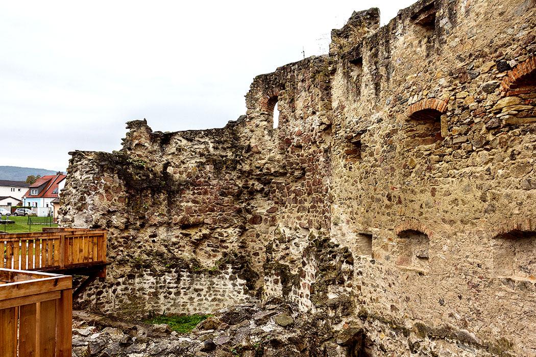 Dieser mächtige U-Turm (Hufeisenturm) in Favianis repräsentiert den jüngsten Bauabschnitt des Kastells und stammt aus dem 4. oder 5. Jahrhundert. Er wurde nicht vor der Kastellmauer angesetzt. Bei seiner Errichtung wurde ein Teil der Mauer abgerissen. Der Turm ragt an seiner Rückseite noch ein Stück in den Kastellbereich hinein und deckte eine kleine Pforte.